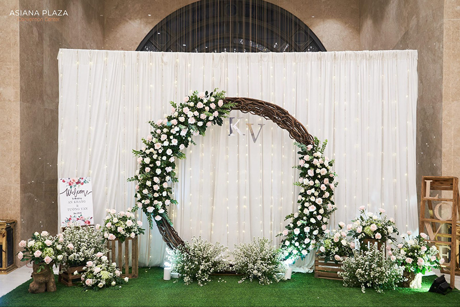 Trang trí backdrop với vòng hoa đẹp