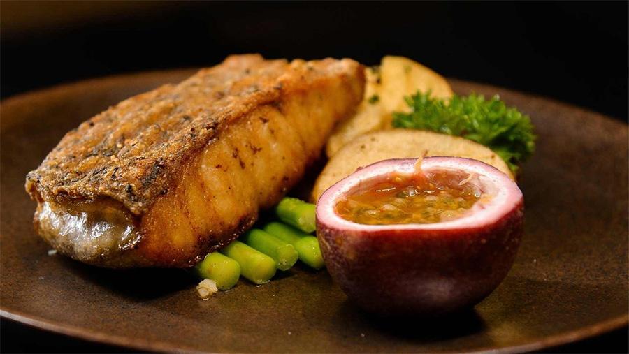 Hương vị cân bằng của món cá chẽm phi lê xốt bơ chanh dây