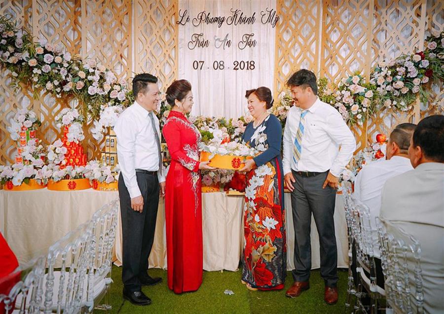 Trao lễ vật - phong tục cưới hỏi của người Việt| Nguồn ảnh: Internet