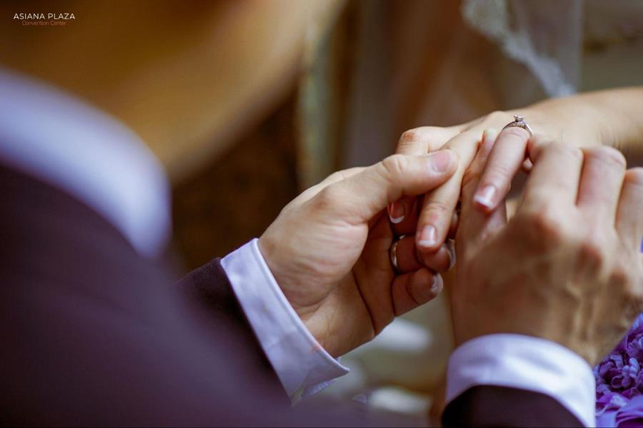 Các cặp đôi ở Việt Nam thường đeo nhẫn cưới bên ngón áp út bên tay trái