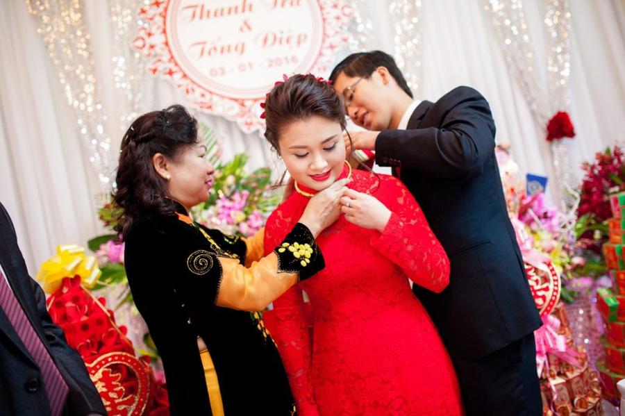 Cô dâu nhận quà và của hồi môn / Nguồn ảnh: Internet