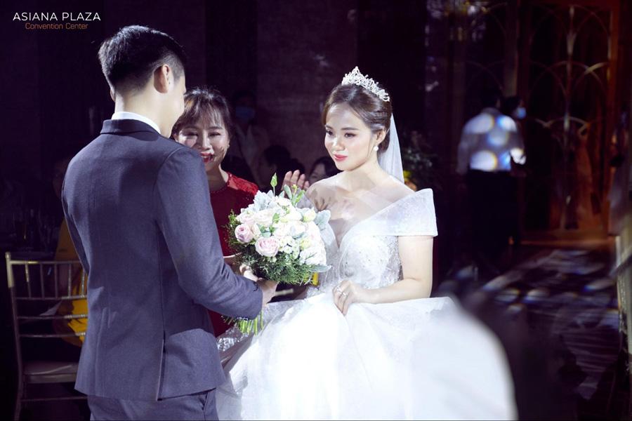 Sau khi bài phát biểu đã xong, cô dâu sẽ chính thức theo chồng về dinh hoặc đến điểm tổ chức tiệc cưới