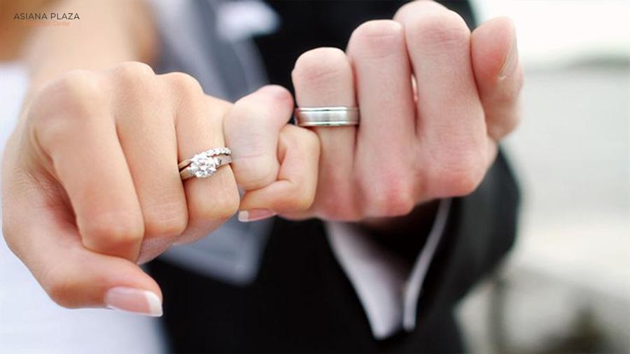 Cô dâu - Chú rể phương Tây đều đeo nhẫn cưới bên tay trái