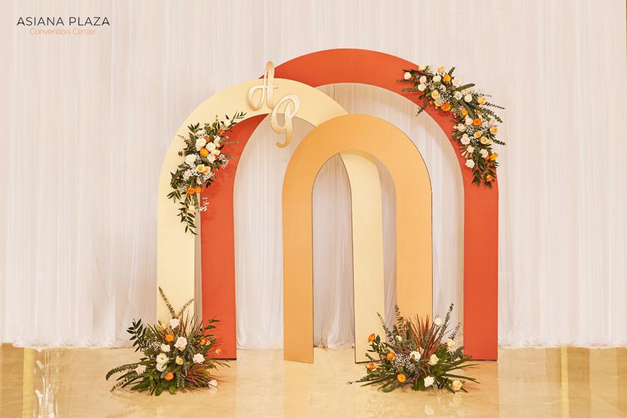 Tiệc cưới với backdrop tone cam ấn tượng