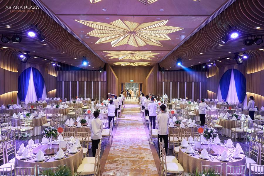 Sảnh tiệc với thiết kế sang trọng giúp giảm chi phí trang trí cho cặp đôi